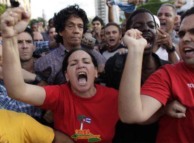 Reinaldo Escobar (en el centro con camisa morada), marido de Yoani Sánchez, rodeado de castristas que el viernes lo insultaron y agredieron.rnYoani Sánchez.