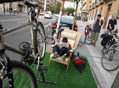Una de las plazas de aparcamiento ocupadas por colectivos defensores del uso de la bici en la calle de San Bernardo.