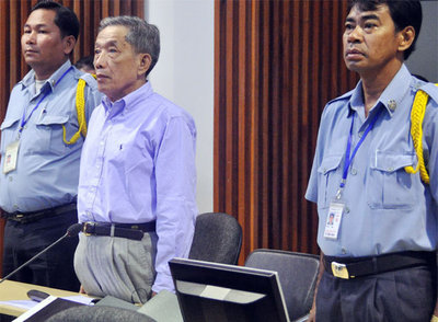 El jefe de los jemeres rojos Duch, durante la sesión final del juicio, ayer en la capital camboyana.