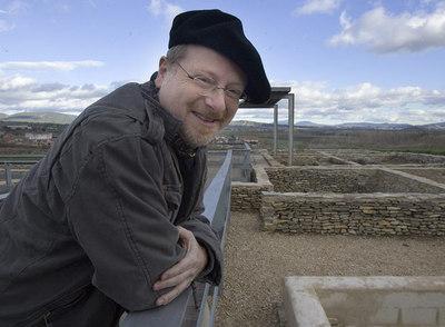 El arqueólogo Eliseo Gil, en el poblado de Iruña-Veleia. Sobre estas líneas, dibujo de un pene con alas grabado en las letrinas.