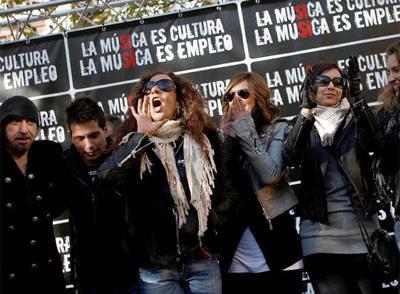 De izquierda a derecha, Txus di Fellatio (Mägo de Oz), David de María, Rosario, Chenoa y María Toledo, en la manifestación de ayer.