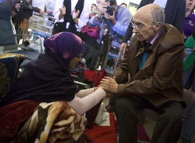 José Saramago anima a la activista saharaui Aminetu Haidar, en huelga de hambre en Lanzarote.