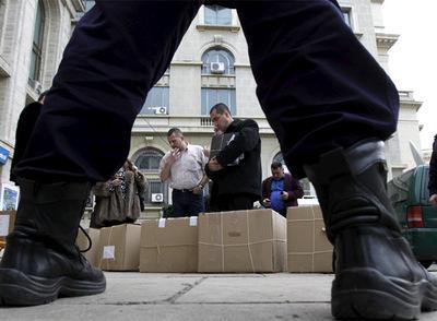 Funcionarios rumanos trasladan cajas con papeletas a la Oficina Electoral Central, ayer en Bucarest.