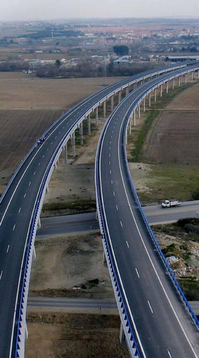 Las carreteras radiales de peaje no consiguen aligerar el tráfico de las autovías nacionales que hacen el mismo recorrido.