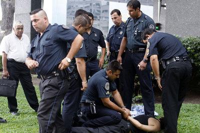 Agentes de la policía federal argentina detienen a un sospechoso de robar en el distrito de Puerto Madero, en Buenos Aires.
