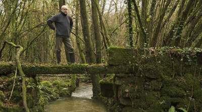 El presidente del colectivo Ridimoas, Pablo Rodríguez, en el terreno que han adquirido en Beade (Ourense).