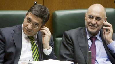 Patxi López y el consejero de Interior, Rodolfo Ares, en un pleno del Parlamento.