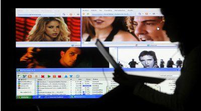 Una internauta se descarga contenidos  sin permiso de una conocida página web.