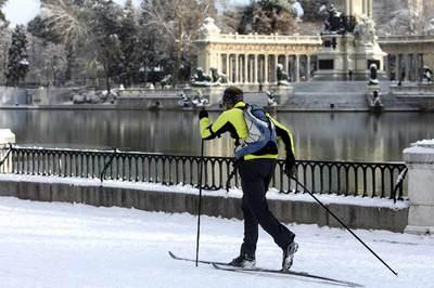 Un hombre utiliza los esquís para transitar en la mañana de ayer por el parque madrileño del Retiro, cubierto por un manto de nieve.