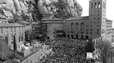 El monasterio de Montserrat durante el 50ª aniversario de la entronización de su Virgen, en 1997.