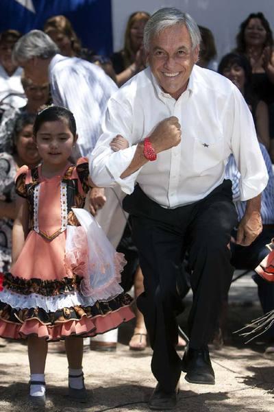 Piñera, ayer, bailando con una niña en un acto de campaña.