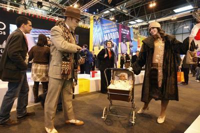 Animadores de la Feria Internacional del Turismo (Fitur) que se inauguró ayer en Madrid.