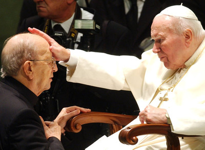 Juan Pablo II bendice a Marcial Maciel durante una audiencia especial al fundador de los Legionarios de Cristo y del Regnum Christi, en noviembre de 2004.