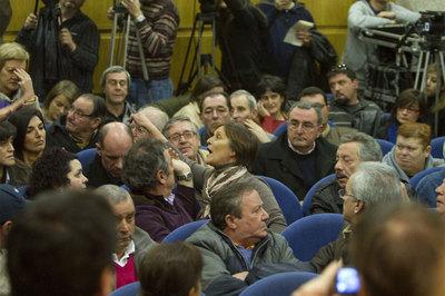 Vecinos de de Porriño discuten en el salón de plenos del Ayuntamiento  durante la moción de censura de ayer.