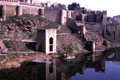 El río Tajo, a su paso ante las murallas de Toledo.