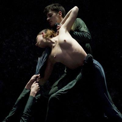 Un momento de la coreografía Synaphai.