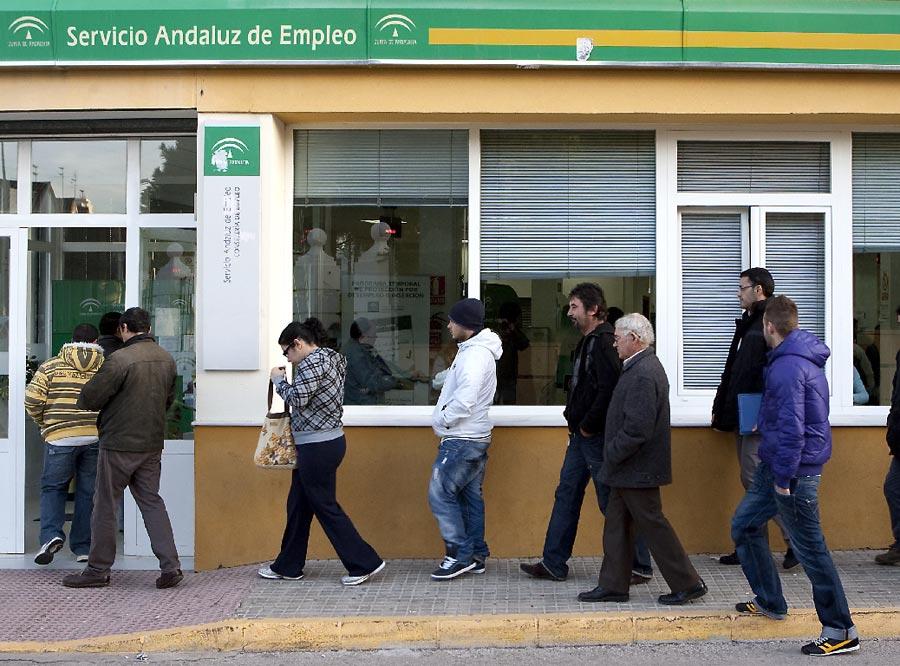 Cola en la oficina de empleo en chiclana edici n impresa for Oficina de empleo andalucia
