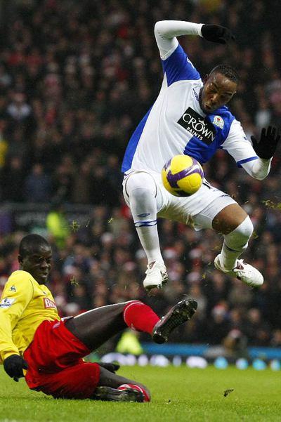 McCarthy elude a un defensa en un partido de la  Premier League.