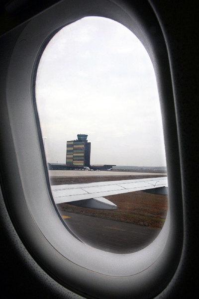 Torre de control de Alguaire, vista desde un avión que toma tierra.