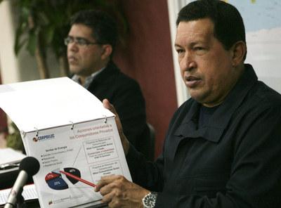 Hugo Chávez muestra un gráfico de consumo energético tras anunciar las medidas de excepción.