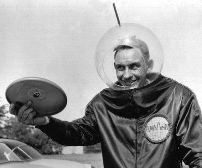Fred Morrison, con su primer disco volador, en 1957.