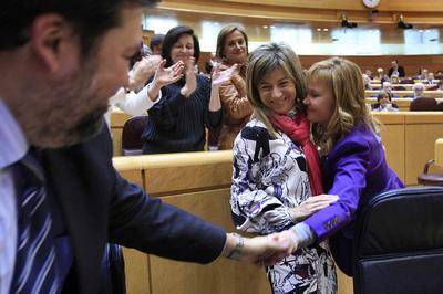 El ministro de Justicia, Francisco Caamaño, felicita a la senadora socialista Leire Pajín y a la ministra de Igualdad, Bibiana Aído.