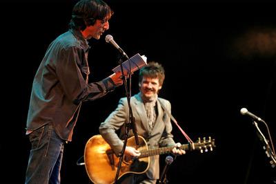 Benjamín Prado (a la izquierda) y Coque Malla, durante el recital de anoche en el teatro Fernán Gómez.