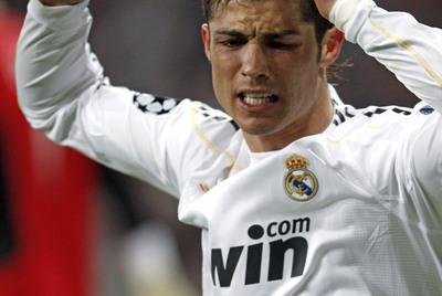 Cristiano Ronaldo, en la imagen de arriba, se lamenta tras fallar una ocasión.