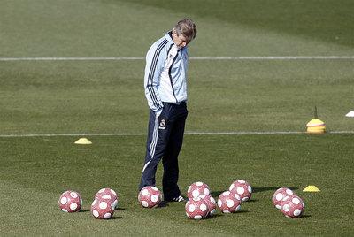 El entrenador del Real Madrid, Manuel Pellegrini, cabizbajo durante el entrenamiento de ayer en Valdebebas.