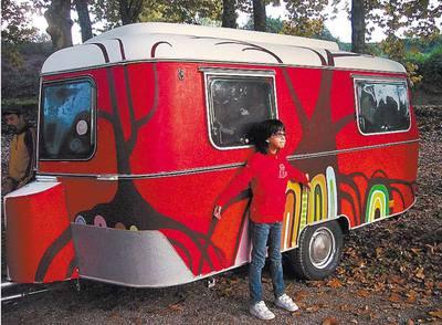 Mar, la hija de uno de los responsables de Puck Cinema, posa junto a la caravana.