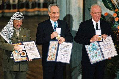 Arafat, Peres y Rabin reciben el Nobel de la Paz, en 1994.