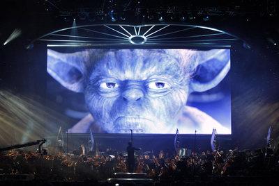 La Royal Philharmonic Concert Orchestra toca bajo una inmensa pantalla con la imagen de uno de los personajes de la película.