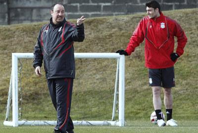 Riera observa las indicaciones de Rafa Benítez durante un entrenamiento.