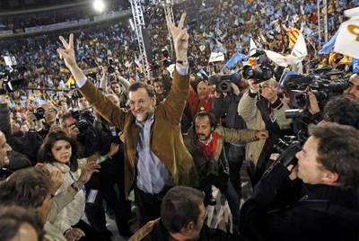 Rajoy, en la plaza de toros de Valencia en marzo de 2008. Tras él, a la derecha, Álvaro Pérez,  El Bigotes,  cabecilla de la trama en esa comunidad.
