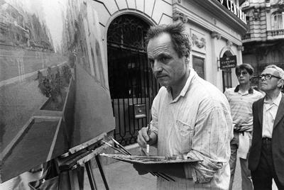 Antonio López, fotografiado al pintar uno de sus cuadros sobre la Gran Vía.