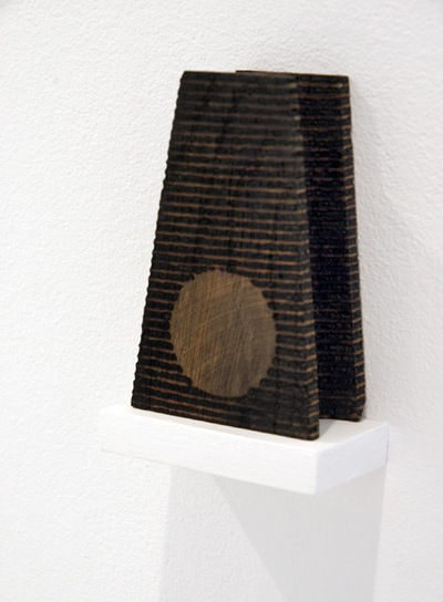 Escultura de la serie  Voewood , de 2007, realizada por Roger Ackling.