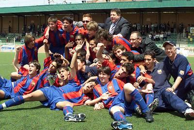 Los cadetes del Barça celebran la Copa catalana de 2003 con Messi en primer término y Cesc detrás de él.