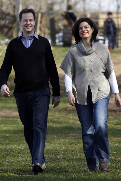 Nick Clegg, candidato liberal, y su esposa, Miriam González.