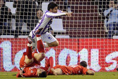Diego Costa celebra su gol frente a Dragutinovic y Navarro.