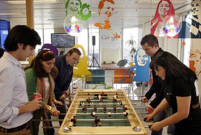 Los empleados juegan al futbolín en las instalaciones de Google en Madrid.