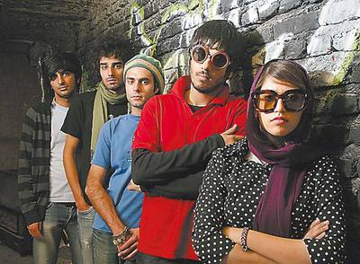 Los protagonistas, Ashkan Koshanejad y Hamed Behdad, encabezando su grupo.