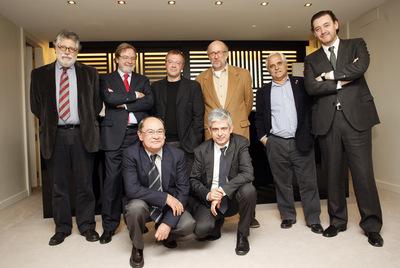 De izquierda a derecha: Joaquín Estefanía, Juan Luis Cebrián, Daniel Monzón, Daniel Samper, Juan Cruz y Miguel Zugaza. Delante: Jesús Ceberio y Javier Moreno.