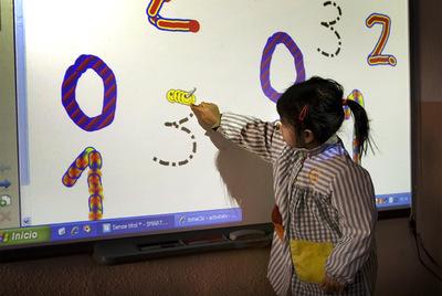 Pizarras digitales en la escuela de primaria de Sant Jordi de  Vilassar de Dalt (Barcelona)