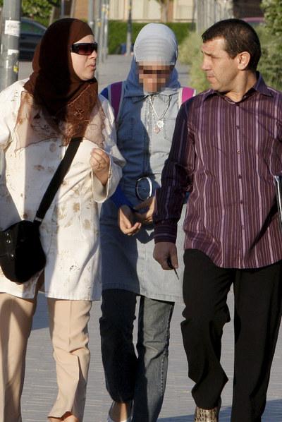 Najwa Malha acude a su nuevo instituto, el Gerardo Diego, en Pozuelo de Alarcón (Madrid), acompañada de sus padres.