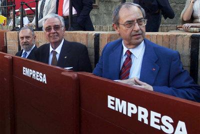 Los magistrados del Constitucional Manuel Aragón, Ramón Rodríguez Arribas y Guillermo Jiménez (vicepresidente del alto tribunal), en La Maestranza de Sevilla durante la Feria de Abril.