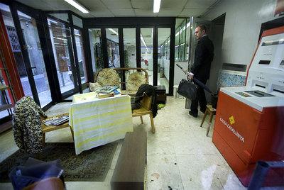 Decorar un cajero como protesta edici n impresa el pa s for Horario oficinas catalunya caixa