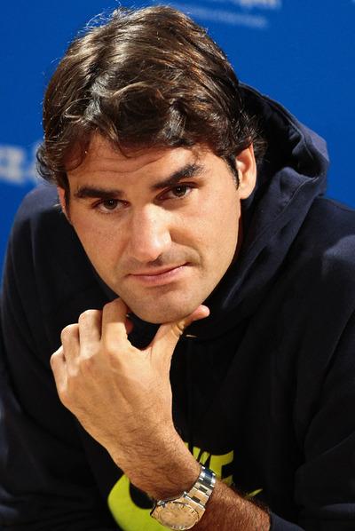Roger Federer escucha una pregunta.