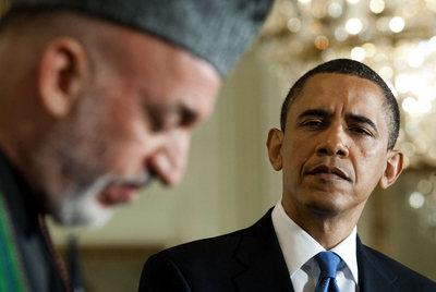 Barack Obama observa al presidente afgano, Hamid Karzai, tras su reunión en la Casa Blanca.