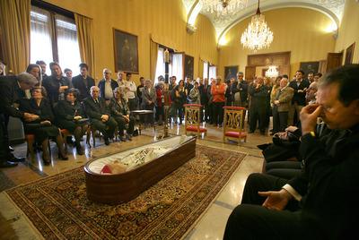 El féretro con los restos de Rafael Sanus, ayer, en la capilla ardiente instalada en el Salón del Trono del Palacio Arzobispal.