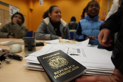 Una familia realiza los trámites para obtener la residencia en una oficina de extranjería española.